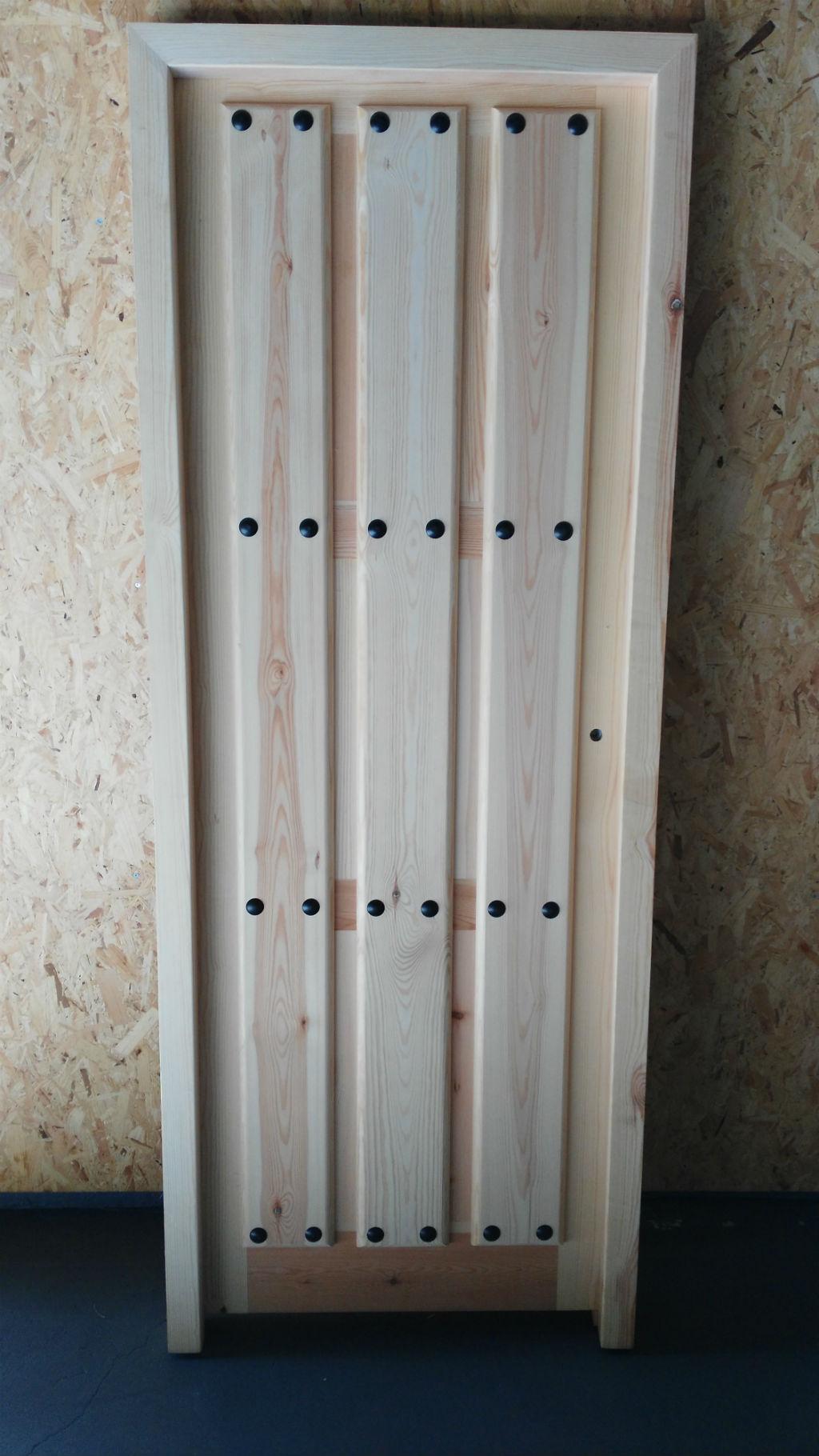 Rusticos y madera puertas de madera for Puertas madera economicas