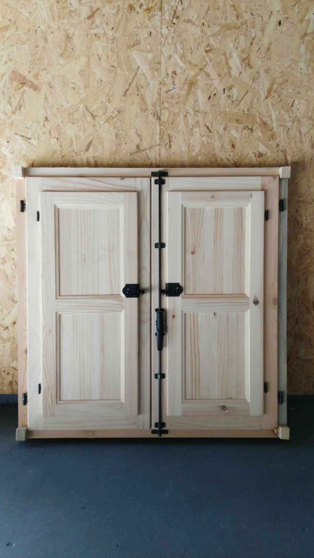 Ventana de madera rustica beautiful ventanas de madera al for Precio puerta madera maciza