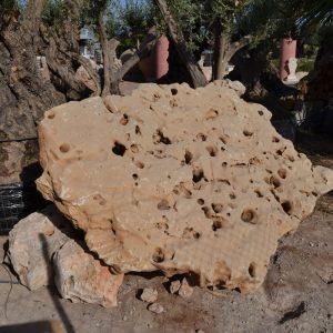 Piedra dura y resistente de medidas dispares para decorar jardines y estanques.