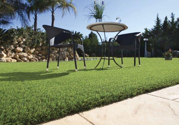 Jardín con césped artificial que permite disfrutar plenamente de este espacio. Conviene destacar la comodidad e impacto visual que ofrece el césped artificial.