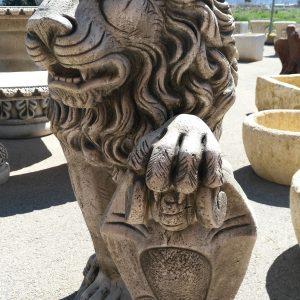 Figura típica de león en piedra artificial, muy presente en jardines que transmite fuerza y poder.