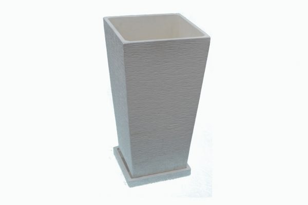 Macetero de piedra natural en color blanco. Destaca su diseño en forma piramidal.