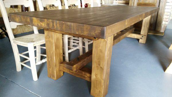 Mesa de madera gigante hecha a medida. Hecha con tablero laminado macizo y patas cuadradas y anchas. Una mesa para siempre.