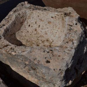 Es una pila de piedra natural muy bonita, utilitaria y decorativa.