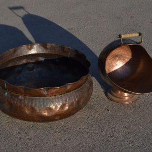 Es una palangana metálica que se usaba para lavarse. Palangana y jarra antigüa forman este conjunto.