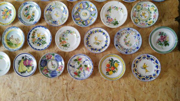 Bonita exposición de toda un colección de platos de cerámica que alegra la estancia donde se coloque