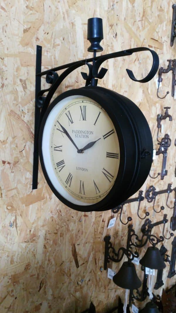 Fantástico reloj de pared en forja que nos permitirá controlar el tiempo al ser un elemento que capta nuestra atención.