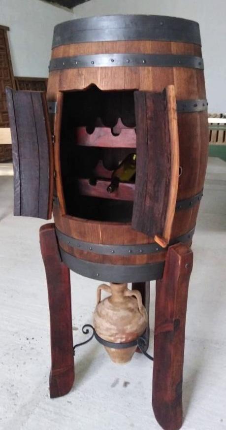 botellero rústico hecho en un tonel de madera